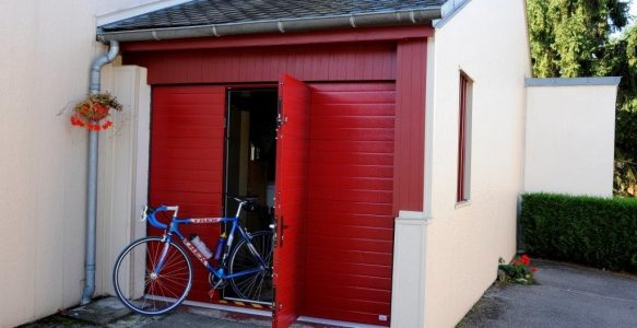 Porte de garage rouge sur-mesure